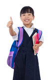Den asiatiska kinesiska lilla grundskola för barn mellan 5 och 11 årflickavisningen tummar upp Royaltyfri Bild