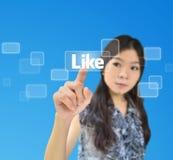 den asiatiska knappen like ståenden som trycker på kvinnan Royaltyfri Foto