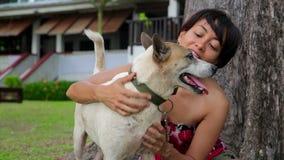 Den asiatiska kvinnan övar hennes hund arkivfilmer