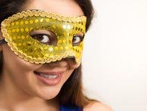 Den asiatiska kvinnan bär den Carnaval maskeringen royaltyfri foto