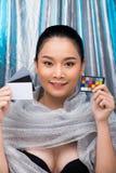 Den asiatiska kvinnan för svart hår försilvrar blå isbakgrund royaltyfri fotografi