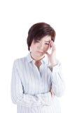 Den asiatiska kvinnan fick huvudvärk på vit bakgrund Arkivfoton