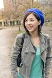 Den asiatiska kvinnan går på gatan arkivfoton
