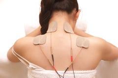 Den asiatiska kvinnan gör massage av elektriskt - stimulans (tio) arkivbild