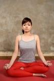 Den asiatiska kvinnan gör yoga Arkivbilder