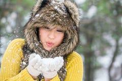 Den asiatiska kvinnan i en vinter parkerar arkivfoton