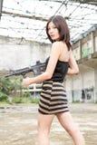 Den asiatiska kvinnan med ett vapen fördärvar in Arkivbild