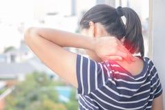 Den asiatiska kvinnan med muskelskadan som den har, smärtar i hennes hals royaltyfri bild