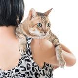 Den asiatiska kvinnan rymmer hennes katt Royaltyfria Foton
