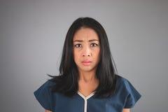 Den asiatiska kvinnan ser något som är ovanlig Arkivbild