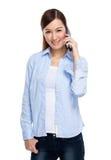 Den asiatiska kvinnan som använder mobil, ringer Arkivfoto