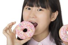 Den asiatiska kvinnan som har någon gyckel med den glaserade läckra jordgubben, gör Fotografering för Bildbyråer
