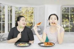 Den asiatiska kvinnan som störer hennes vän för, bantar arkivbild
