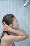 Den asiatiska kvinnan tar en dusch. Fotografering för Bildbyråer