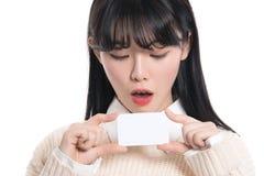 Den asiatiska kvinnliga studioståenden förvånade att se kortet Royaltyfria Bilder