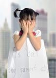 den asiatiska lilla flickan får borttappad med information om förälder Royaltyfria Foton