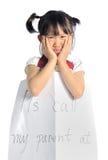 Den asiatiska lilla flickan får borttappad med informationskontakten om föräldern Arkivfoton