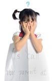 Den asiatiska lilla flickan får borttappad med informationskontakten om föräldern Arkivbild