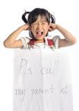 Den asiatiska lilla flickan får borttappad med informationskontakten om föräldern Royaltyfri Fotografi
