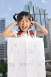 Den asiatiska lilla flickan får borttappad med informationskontakten om föräldern Arkivbilder