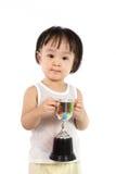 Den asiatiska lilla kinesiska flickan ler med en trofé i henne händer royaltyfri fotografi