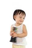 Den asiatiska lilla kinesiska flickan ler med en trofé i henne händer arkivfoton