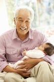 Den asiatiska mannen och behandla som ett barn sondottern Royaltyfri Foto