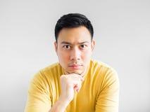 Den asiatiska mannen tänker Royaltyfri Foto