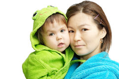 Den asiatiska modern och behandla som ett barn den isolerade ståenden Arkivfoto