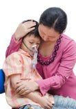 Den asiatiska modern tröstar hennes son royaltyfri fotografi