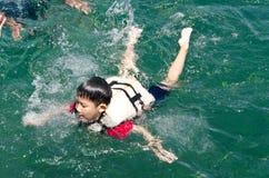 den asiatiska pojken tycker om phuket snorkle Royaltyfri Fotografi