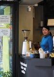 Den asiatiska små och medelstora företagkvinnan, shoppar ägaren Royaltyfri Foto