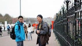 Den asiatiska sonen och fadern reser tillsammans i Amsterdam Royaltyfria Foton