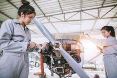 Den asiatiska studenten Engineers och tekniker reparerar flygplannolla royaltyfri fotografi