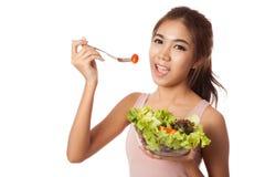 Den asiatiska sunda flickan som äter sallad för, bantar Arkivfoto