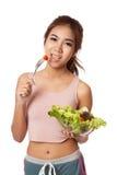 Den asiatiska sunda flickan som äter sallad för, bantar Royaltyfri Fotografi