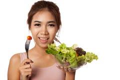 Den asiatiska sunda flickan som äter sallad för, bantar Arkivfoton