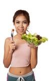 Den asiatiska sunda flickan som äter sallad för, bantar Royaltyfri Bild