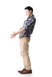 Den asiatiska unga grabben bär eller tar något Royaltyfri Foto