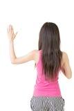 Den asiatiska unga kvinnan ger en gest av svär arkivbild
