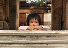 Den asiatiska ungen lutar på en rockcloister Royaltyfri Fotografi
