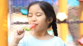 Den asiatiska ungen tycker om med icecream stock video