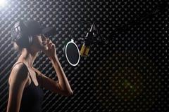Den asiatiska vuxna kvinnan sjunger en s?ng driver h?gt ljudet royaltyfri fotografi