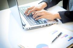 Den Asien affärskvinnan som analyserar investering, kartlägger på skrivbordet Arkivfoton