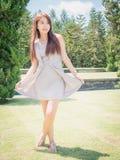Den Asien flickan i trädgård Arkivbilder