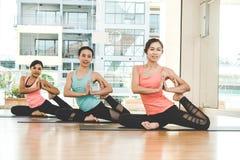 Den Asien folklivsstilen som öva och övar som är livsviktig, mediterar yoga i grupprum arkivbild