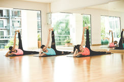 Den Asien folklivsstilen som öva och övar som är livsviktig, mediterar yoga i grupprum royaltyfri fotografi
