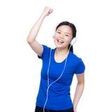 Den Asien kvinnan lyssnar till vaggar musik med headphonen Royaltyfri Fotografi