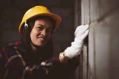 Den Asien kvinnan som arbetar på platsen, arbetar med lyckligt arkivfoto