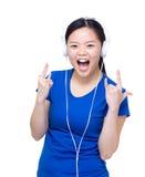 Den Asien kvinnan tycker om lyssnar till musik Royaltyfri Fotografi